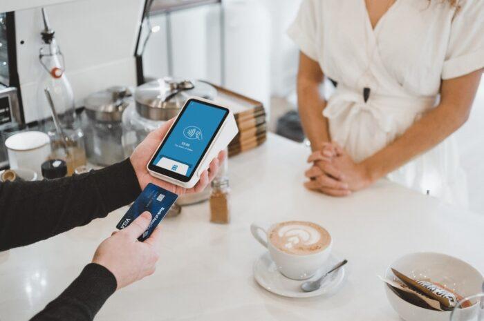 Kreditní karta využívaná při placení v obchodě.