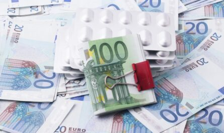 Peníze a léky prezentující pojištění schopnosti splácet.