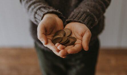 Muž odevzdává poplatky za nebankovní půjčku.